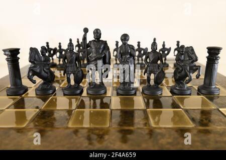 Pièces d'échecs en métal noir sur l'échiquier avec des pions derrière le château knight centurion, roi et reine