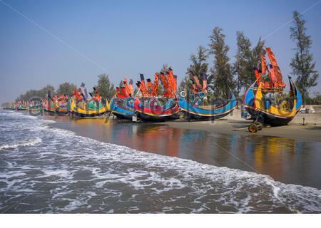 Bateau de pêche coloré sur la rive à Teknaf, Cox's Bazar, Bangladesh.