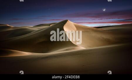 Ciel spectaculaire au-dessus des dunes de sable de Mesquite Flat au lever du soleil, Vallée de la mort, Californie, États-Unis