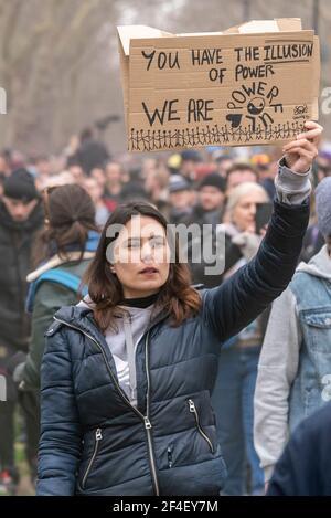 Femme avec étiquette lors d'une manifestation anti-verrouillage de la COVID 19 à Westminster, Londres, Royaume-Uni. Vous avez l'illusion du pouvoir, nous sommes le pouvoir