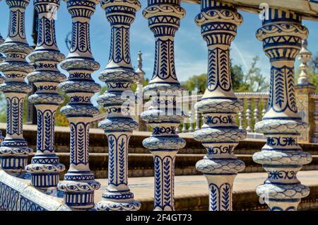 Gros plan d'une balustrade en céramique sur la Plaza de España, Séville, Espagne. Banque D'Images