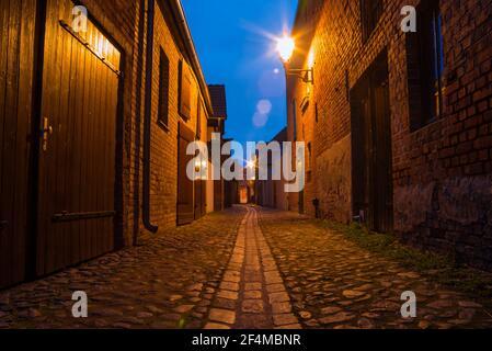 Une petite ruelle étroite dans un vieux village la nuit, Beelitz, Brandebourg, Allemagne