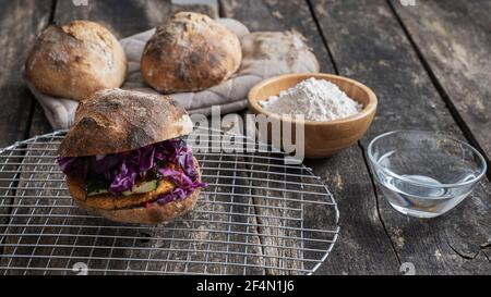 Délicieux hamburger végétarien rempli de légumes avec pain de levain fait maison.