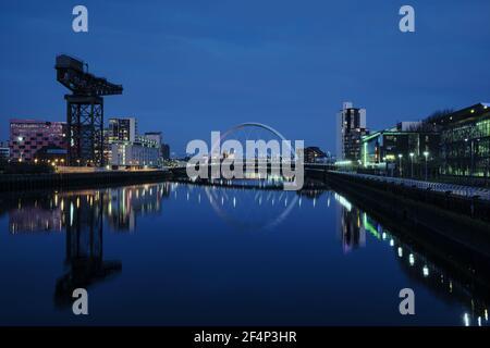 Vue nocturne de la Clyde Arc ou aux Bridge de l'Est et de la rivière Clyde, Glasgow, Ecosse