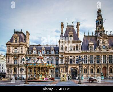 Paris, France, FEV 2020, vue sur un carrousel en face de l'hôtel de ville, place de l'Hôtel-de-ville