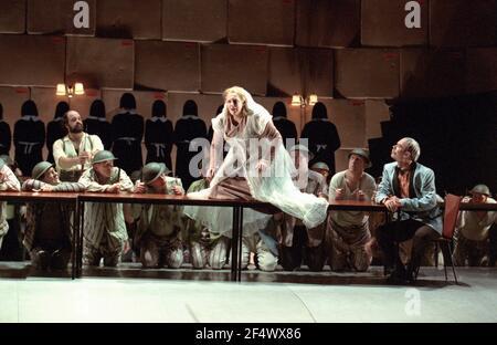 l-r: Kurt Rydl (Hagen - arrière), Deborah Polaski (Brunnhilde), Alan Held (Gunter) dans GOTTERDAMMERUNG par Wagner à l'Opéra Royal, Covent Garden, Londres WC2 14/10/1995 chef d'orchestre: Bernard Haitink design: Nigel Lowery éclairage: Pat Collins mouvement: Matthew Hamilton directeur: Richard Jones