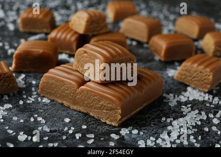 Morceaux de caramel salé sur fond noir fumé, gros plan