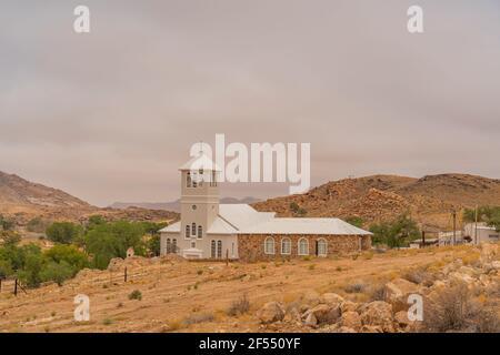 Église blanche de la ville d'Aus, Namibie, fond ciel nuageux, Namib Naukluft Rand