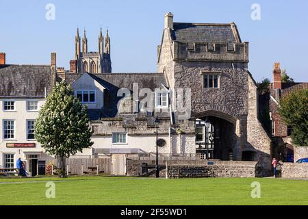 L'ancien gatehouse à l'extrémité de la cathédrale verte dans la ville de Wells, Somerset Royaume-Uni