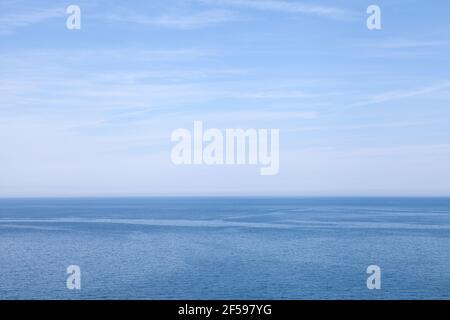 La mer rencontre le ciel au large de la côte nord de Cornwall