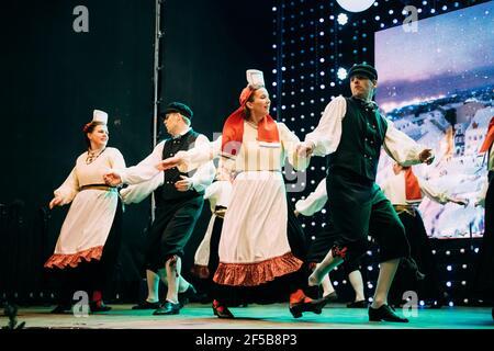 Tallinn, Estonie. Danseurs en costumes nationaux effectuant des danses folkloriques pendant la fête traditionnelle des fêtes de Noël.