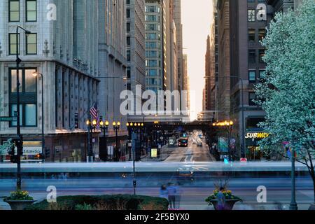 Chicago, Illinois, États-Unis. La longue exposition offre des traînées de transport floues le long de Michigan Avenue, dans le centre-ville de Chicago, et parallèlement à celle-ci.
