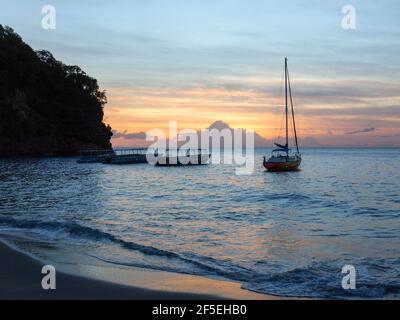 Soufrière, Sainte-Lucie. Vue de la plage sur la mer des Caraïbes au coucher du soleil, bateaux ancrés au large, Anse Chastanet.