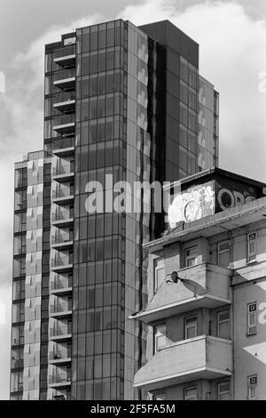 Les nouveaux appartements Skyline, Woodberry Down, dans le nord de Londres, derrière un bloc de conseil partiellement démoli lors du réaménagement en mars 2021
