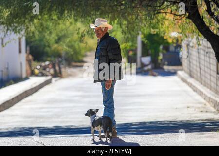 Saric, Sonora, Mexique .... (Photo de LuisGutierrez /NortePhoto.com). . La municipalité de Saric est située dans une zone de guerre entre les cartels de la drogue et le trafic illégal d'immigrants près de la frontière entre Sonora Mexique et Arizona États-Unis. La guerre existe dans la région depuis la rupture entre le clan Chapo Guzmán et les frères Beltrán Leyva en 2007. Entre le Mexique et les États-Unis, la zone la plus convoitée pour les groupes criminels, le cartel de Sinaloa contrôlerait la frontière de Sonora dans les territoires de San Luis Río Colorado, Puerto Peñasco, général Plutarco Elías Calles, Caborca