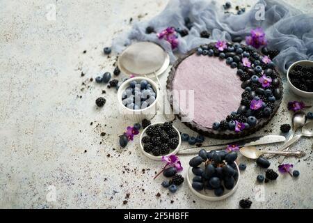 Tarte BlackBerry maison. Tarte douce avec bleuet et noir et raisins sur table en pierre