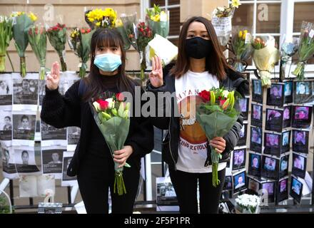 Londres, Royaume-Uni. 27 mars 2021. Manifestation à l'extérieur de l'ambassade du Myanmar à Mayfair contre le coup d'État militaire. De nombreux manifestants ont été abattus. Des photos de certaines des victimes sont affichées à l'extérieur de l'ambassade. Crédit : Mark Thomas/Alay Live News