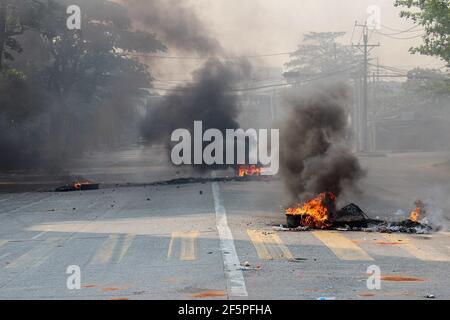 Des pneus en feu vus au milieu de la rue pour empêcher la police et l'armée d'atteindre les manifestants anti-démocratie lors d'une manifestation contre le coup d'État militaire.la police et les militaires du Myanmar (tatmadow) ont attaqué les manifestants avec des balles en caoutchouc, des munitions réelles, Des gaz lacrymogènes et des bombes lacrymogènes en réponse aux manifestants anti-coup d'État militaire samedi, tuant plus de 90 personnes et en blessant beaucoup d'autres. Au moins 300 personnes ont été tuées au Myanmar depuis le coup d'État du 1er février, a déclaré un responsable des droits de l'homme de l'ONU. Le conseiller militaire du Myanmar en détention d'État, Aung San Suu Kyi, le mois de février