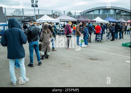 Londres, Royaume-Uni. 27 mars 2021. Le beau temps à Hampstead encourage les gens à se rencontrer à l'extérieur quelques jours avant la prochaine étape de l'assouplissement du confinement 3. Crédit : Guy Bell/Alay Live News