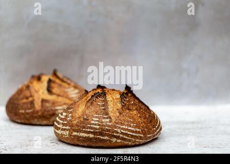 Deux pains de pain de levain, avec une faible profondeur de champ