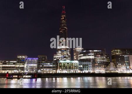Londres, Royaume-Uni. 27 mars 2021. Photo prise le 27 mars 2021 montre le Shard avec ses lumières éteindées pendant l'heure de la Terre à Londres, en Grande-Bretagne. Alors que les lumières du monde entier s'éteignent à 8 h 30, heure locale, samedi, pour marquer l'heure de la Terre 2021, le Fonds mondial pour la nature (WWF) International appelle à une action urgente pour renverser la tendance et assurer un monde positif à la nature d'ici 2030. Credit: Ray Tang/Xinhua/Alay Live News