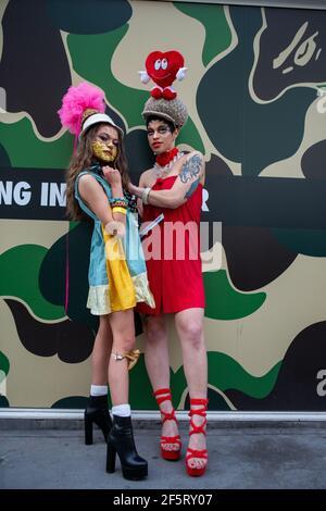 Londres, Royaume-Uni. 27 mars 2021. Models présente la dernière collection colorée de Pierre Garroudi lors de l'un des défilés de mode Flash Mob spécialisés du designer dans le centre de Londres. Crédit : SOPA Images Limited/Alamy Live News