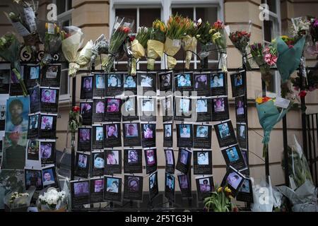 Des panneaux d'hommage et de protestation devant l'ambassade de Birmanie à Londres contre le coup d'État du 1er février qui a renversé le gouvernement élu d'Aung San Suu KyiÕs. Date de la photo: Dimanche 28 mars 2021.