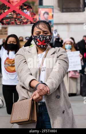Londres, Royaume-Uni - 27 mars 2021 : marche de l'ambassade du Myanmar sur la place du Parlement contre le coup d'État militaire et la libération d'Aung San Suu Kyi