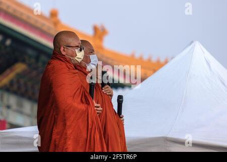 Les leaders bouddhistes religieux sont vus en réciter une prière pendant la manifestation.birmans vivant à Taiwan avec les communautés locales rassemblées sur la place de la liberté pour appeler à la fin du coup d'État militaire au Myanmar. La police et les militaires du Myanmar (tatmadow) ont attaqué les manifestants avec des balles en caoutchouc, des munitions réelles, des gaz lacrymogènes et des bombes lacrymogènes en réponse aux manifestants anti-coup d'État militaire qui ont tué samedi au Myanmar plus de 100 personnes et en ont blessé beaucoup d'autres. Au moins 300 personnes ont été tuées au Myanmar depuis le coup d'État du 1er février, a déclaré un responsable des droits de l'homme de l'ONU. La milit du Myanmar