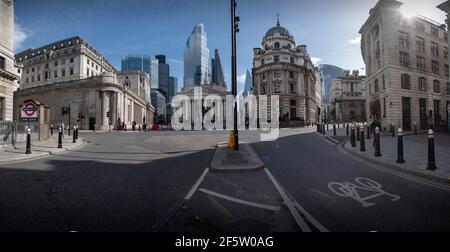 Londres, Royaume-Uni. 27 mars 2021. Londres England Covid 19 ville déserte de Londres Angleterre Royaume-Uni Mars 2021 la zone de la Banque de la ville de Londres, en temps normal l'une des intersections les plus fréquentées de Londres, mais vu ici presque déserté . La Banque d'Angleterre est à gauche avec de nouveaux immeubles de bureaux modernes à l'horizon. Seront-ils jamais remplis de travailleurs de bureau à nouveau ? Crédit photo : BRIAN HARRIS/Alay Live News