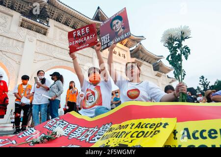 Les manifestants tiennent des écriteaux exprimant leur opinion pendant la manifestation. Des manifestants birmans et des Taiwanais sont descendus dans les rues de Taipei pour protester contre le coup d'État militaire et ont demandé la libération d'Aung San Suu Kyi. L'armée du Myanmar a arrêté le conseiller d'État du Myanmar Aung San Suu Kyi le 01 février 2021 et a déclaré l'état d'urgence tout en prenant le pouvoir dans le pays pendant un an après avoir perdu les élections contre la Ligue nationale pour la démocratie (NLD).