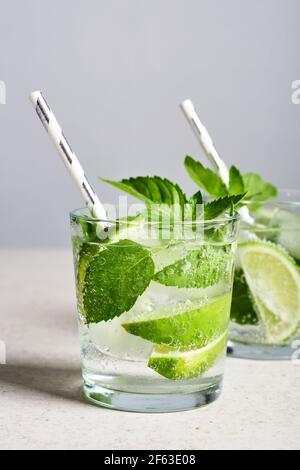 Verre rafraîchissant avec citron vert, menthe et glace, cocktail mojito.