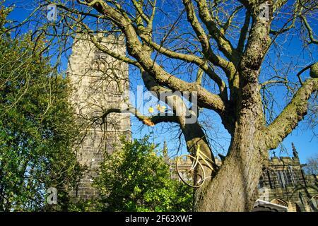 Royaume-Uni, Yorkshire du Sud, Barnsley, Penistone, Église Saint-Jean-Baptiste et Tour de Yorkshire Vélo