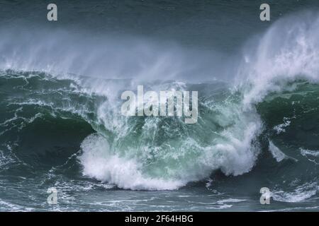 Une vague sauvage se brisant sur le récif de Cribbar au large de Towan Head à Newquay, dans les Cornouailles.