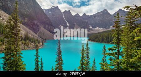 Lac Moraine près du village de Lake Louise, dans le parc national Banff, en Alberta, dans les montagnes Rocheuses, au Canada. Vue depuis rockpile Trail Banque D'Images