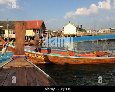 Un bateau thaïlandais à longue queue traversant la mangrove de la baie de Phang Nga à Phuket, en Thaïlande du Sud