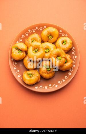 Le Balushahi, le Badoshah ou le Mughlai est un traditionnel indien dessert doux et feuilletée ou nourriture sucrée également populaire dans Pakistan et Bangladesh