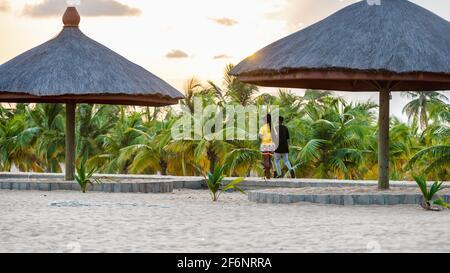 Jeune couple africain marchant sur la route de la plage au coucher du soleil à Keta Ghana Afrique de l'Ouest, 2020 novembre 11