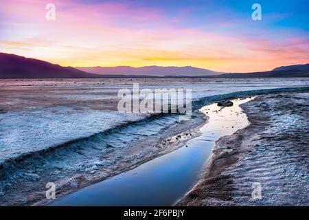 Magnifique paysage de la vallée de la mort en Californie au coucher du soleil avec Salt creek dans la vue