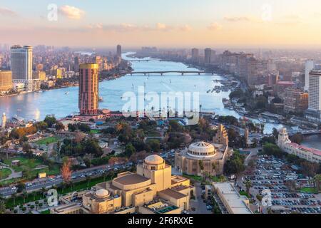Le Caire moderne, vue sur le Nil et les ponts, Egypte.