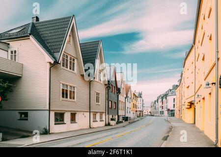 Ålesund, Norvège. Vieilles maisons en bois en alternance Journée d'été.
