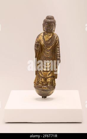 Bouddha, debout avec la main dans un geste de réconfort (Abhaymudra) - dynastie Tang, 618'907, 7ème/8ème siècle - Chine. Alliage de cuivre doré. 618 AD'907 AD.