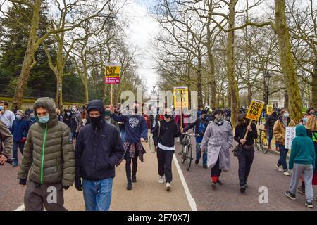 Les manifestants défilent devant l'arche de Wellington en route vers le palais de Buckingham lors de la manifestation Kill the Bill. Des milliers de personnes ont défilé dans le centre de Londres pour protester contre le projet de loi sur la police, le crime, la peine et les tribunaux. (Photo de Vuk Valcic / SOPA Images / Sipa USA)