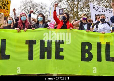 Londres, Royaume-Uni. 3 avril 2021. Les manifestants à la Marche du projet de loi Kill the Bill devant le palais de Buckingham. Des milliers de personnes ont défilé dans le centre de Londres pour protester contre le projet de loi sur la police, le crime, la peine et les tribunaux