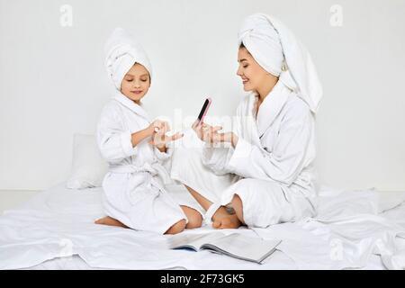 mère et fille tenant la lime à ongles et faisant la manucure Banque D'Images