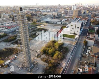 Vue aérienne d'un ancien site industriel abandonné dans la zone métropolitaine de Milan, personne n'est visible.