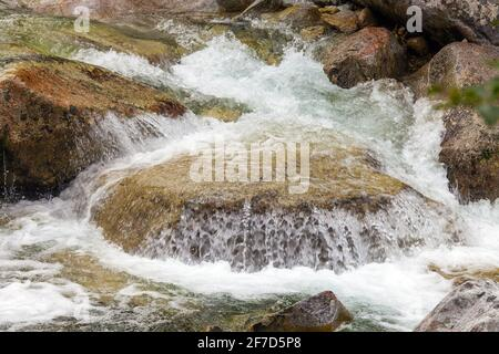 Cascades au ruisseau Studeny potok dans les montagnes de High Tatras, Carpathia, Slovaquie