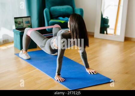 FIT jeune femme Pacific Islander entraînement de fitness à la maison