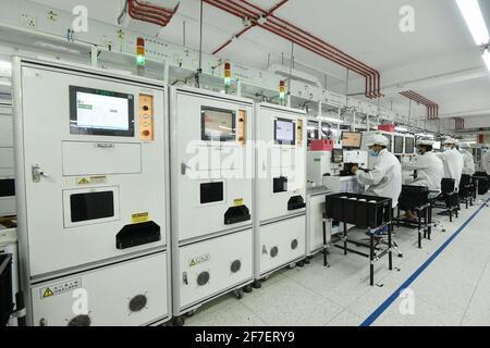 """(210407) -- NARAYANGANJ, 7 avril 2021 (Xinhua) -- les travailleurs travaillent sur une chaîne de montage in vivo à Narayanganj, à la périphérie de la capitale du Bangladesh, Dhaka, le 16 mars 2021. POUR ALLER AVEC """"Feature: La marque chinoise de téléphone mobile """"vivo"""" avantages Employés bangladais, consommateurs"""" (Xinhua) Banque D'Images"""