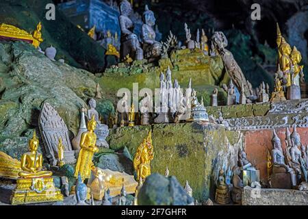 Statues de Bouddha à l'intérieur de la grotte inférieure / Tham Ting aux grottes de Pak ou le long du Mékong près de Luang Phabang / Luang Prabang, Laos